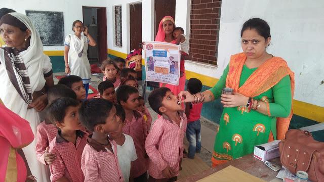 स्कूलों में बच्चों को खिलाई एल्बेंडाजोल की गोलियां