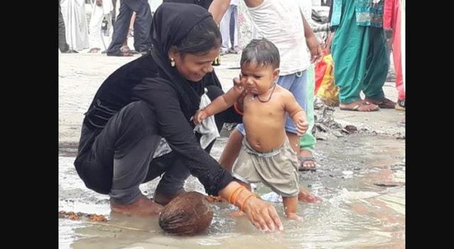 मन्नत पूरी होने पर मुस्लिम परिवार ने बेटी को कराया 'गंगा स्नान'
