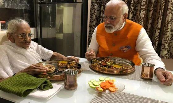PM मोदी ने अपने जन्मदिन पर दी मां का सम्मान करने की प्रेरणा