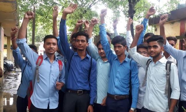 टीचर की हैंडराइटिंग खराब, छात्रों ने किया प्रदर्शन
