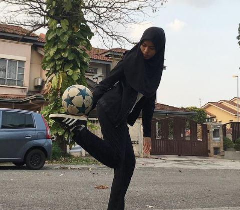 18 साल की मुस्लिम लड़की ने बुर्का पहन फुटबॉल से किया करतब, ऐसे सीखीं फुटबॉल ट्रिक्स...