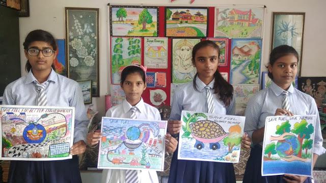 छात्राओं ने कागज पर उकेरी कलाकृतियां