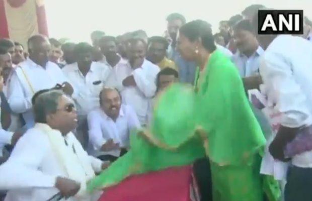 सीनियर कांग्रेस नेता और पूर्व मुख्यमंत्री के सिद्दारमैया ने सरेआम खींचा महिला का दुपट्टा