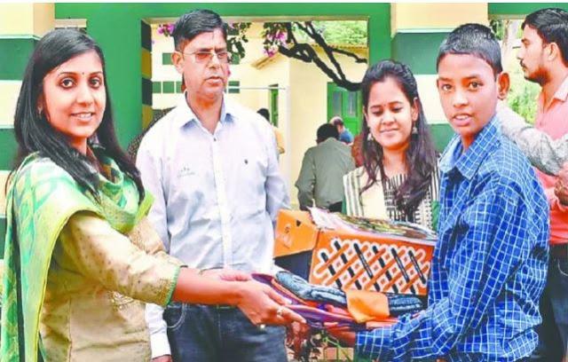 DM स्वाति भदौरिया ने रेस्क्यू किए गए बच्चों को भोजन कराकर बांटी स्कूल की सामग्री