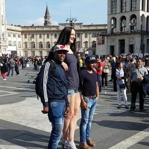 एक मंजिल से भी ऊंची है इस महिला की लंबाई!
