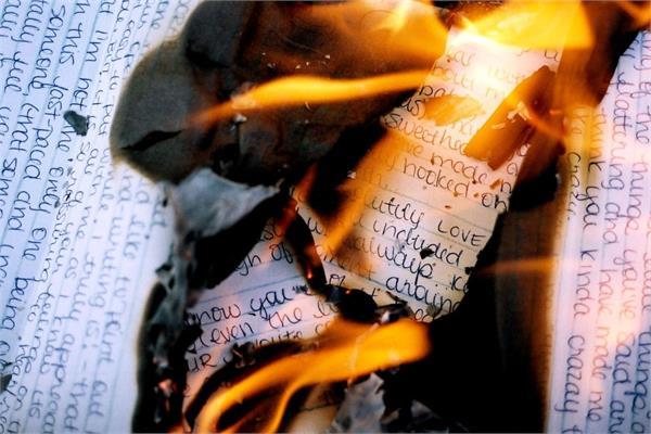 एक्स बॉयफ्रेंड के लव लेटर जला रही युवती कर बैठी लाखों का नुकसान