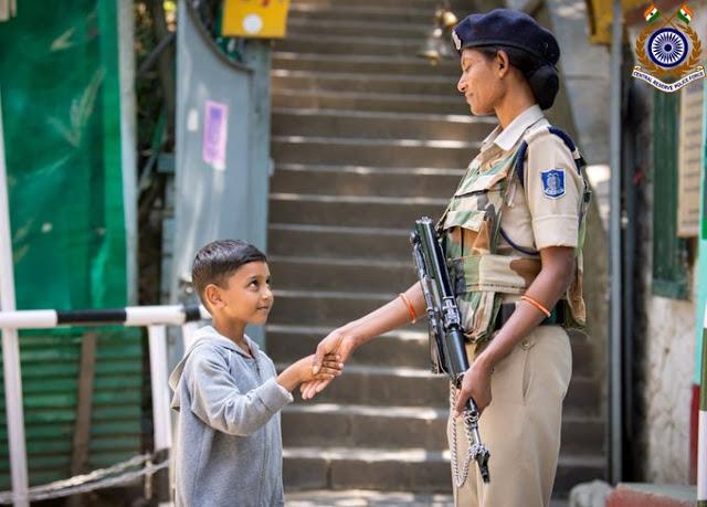 कश्मीरी बच्चे और महिला सुरक्षाकर्मी की हाथ मिलाते फोटो VIRAL