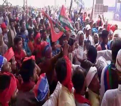 गठबंधन की रैली में बुआ-बबुआ के कार्यकर्ता भिड़े, चपेट में आए कई पत्रकार