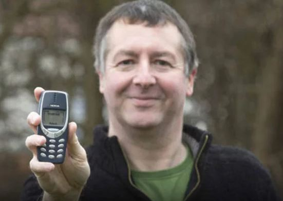 19 साल बाद मिला अलमारी में रखा मोबाइल, ऑन करने पर बैटरी निकली 70%