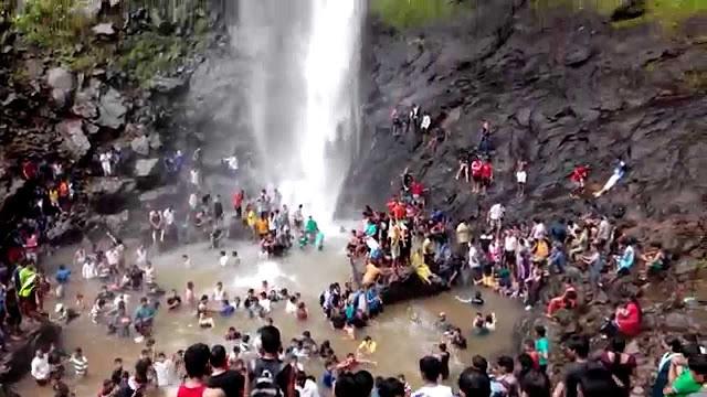 झरने के नीचे नहा रही 4 कॉलेज छात्राएं बहीं, एक का शव मिला!
