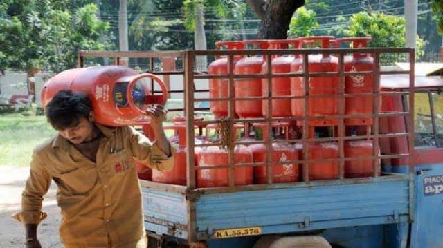 पेट्रोल-डीजल के बाद अब 48 रुपये महंगा हुआ LPG सिलेंडर
