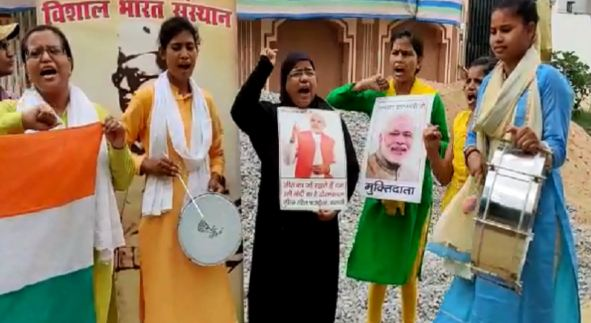 जम्मू कश्मीर से धारा 370 हटाने पर पटाखे जलाकर लोगों ने किया खुशी का इजहार