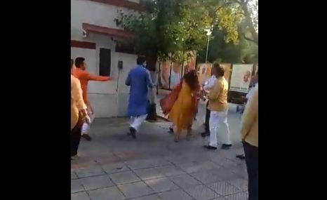 BJP नेता ने पार्टी बैठक में अपनी पत्नी को थप्पड़ जड़ा, वीडियो वायरल