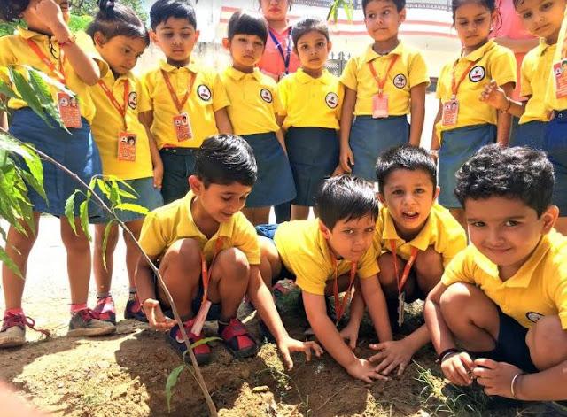 बच्चों ने वातावरण को प्रदूषण मुक्त बनाने को किया पौधारोपण