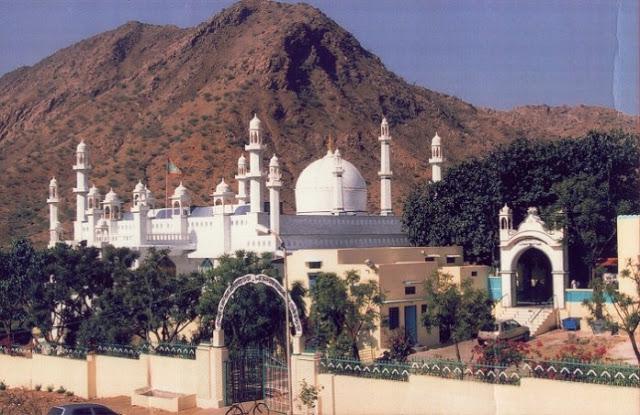 इस दरगाह में हिन्दू भी करते हैं खिदमत, मिल-जुलकर रहते हैं अलग-अलग धर्मों के लोग