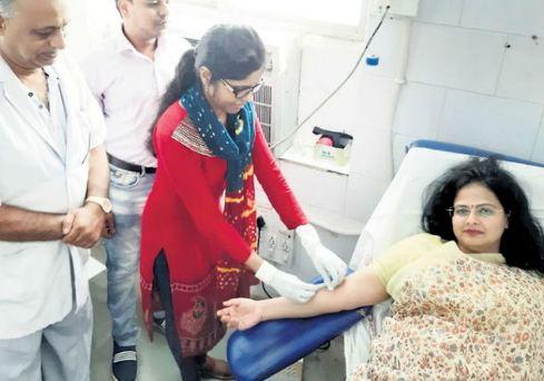महिला कलेक्टर ने अपना खून देकर बचाई युवती की जान!