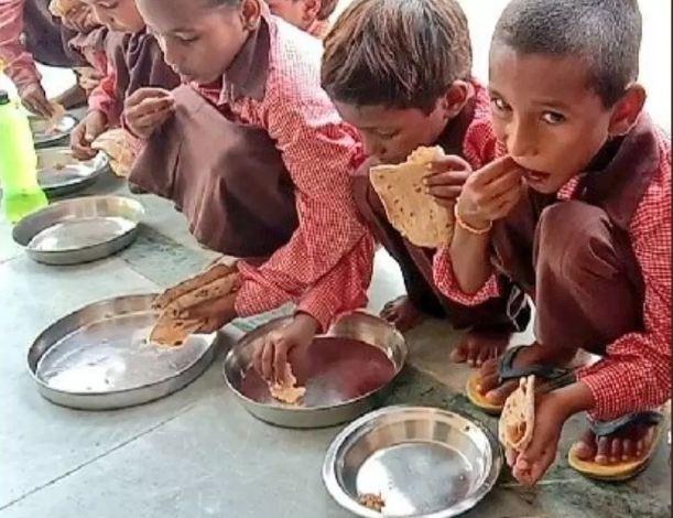 मिड-डे मील में नमक-रोटी खाते बच्चों का वीडियो बनाने वाले पत्रकार के खिलाफ FIR दर्ज