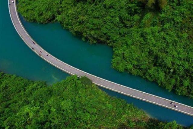 चीन में बना है नदी पर तैरता फुटपाथ, है बहुत ही खूबसूरत!