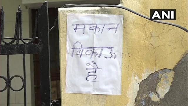 मांस बिक्री से परेशान लोगों ने लगाया 'मकान बिकाऊ है' का पोस्टर