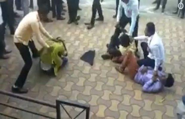PM मोदी के विरोध में उड़ाए काले गुब्बारे, कांग्रेसियों को पुलिस ने बुरी तरह पीटा