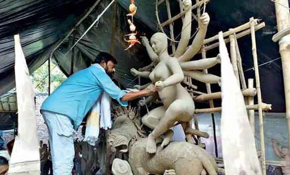 मुस्लिम कांग्रेस विधायक बनाते हैं माँ दुर्गा की प्रतिमाएं