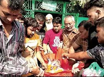 बंदर की मौत ने हिंदू-मुस्लिमों को किया एक, मिलकर किया अंतिम संस्कार