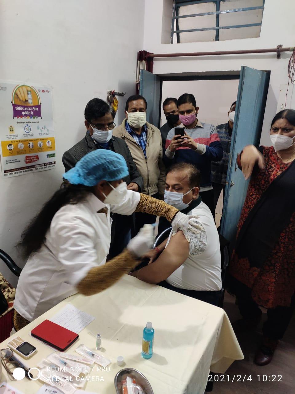 2397 स्वास्थ्यकर्मियों ने लगवाया टीका, 40 केंद्रों पर स्वास्थ्यकर्मियों का हुआ कोविड टीकाकरण