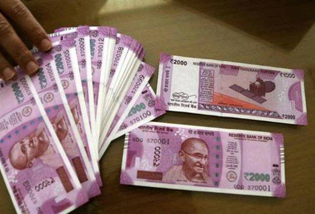 यूपी में बढ़ रहा जुर्म, युवक से 4 वर्दीधारियों ने तीन लाख रुपये लूटे
