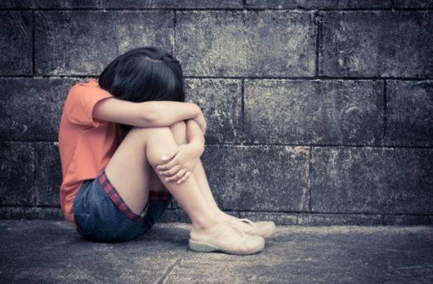 घर के बाहर सो रही 10 साल की लड़की से रेप