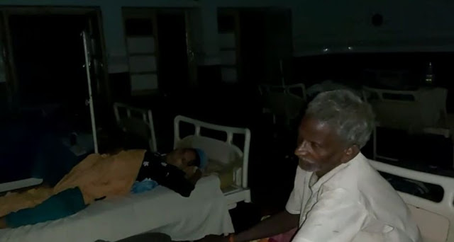 सरकारी अस्पताल में मोमबत्ती की रोशनी में हो रहा इलाज