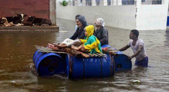 घरों और अस्पतालों में भरा पानी, 29 लोगों की मौत