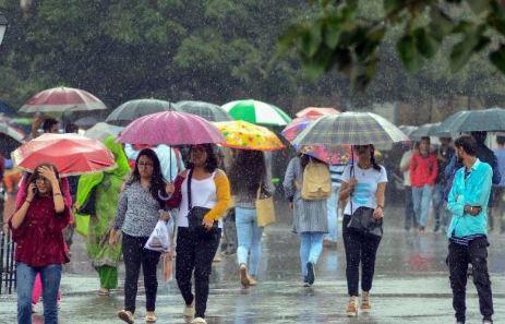 बारिश से खिले लोगों के चेहरे, मौसम हुआ सुहाना