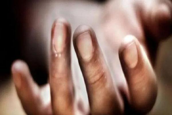 युवक ने परिवार के तीन लोगों की हत्या कर की आत्महत्या