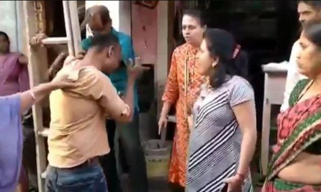 महिलाओं को देख अश्लील हरकत करने वाले को शिवसेना की महिला कार्यकर्ताओं ने जमकर पीटा