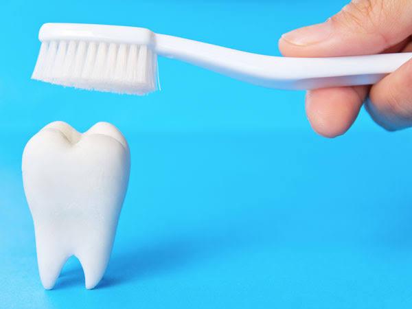 सावधान! क्या टूथपेस्ट करने से पहले ब्रश को गीला करते हैं आप?