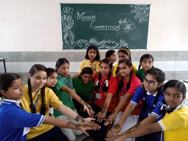 हरियाली तीज पर छात्राओं ने सजाई मेहंदी