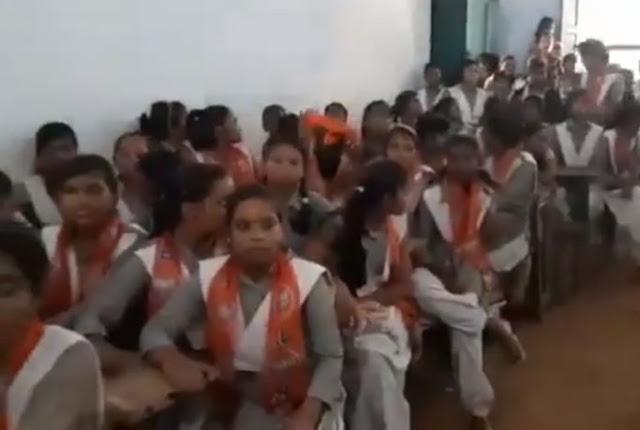 BJP विधायक ने स्कूल में घुसकर बच्चों को दिलाई 'भाजपा की सदस्यता'