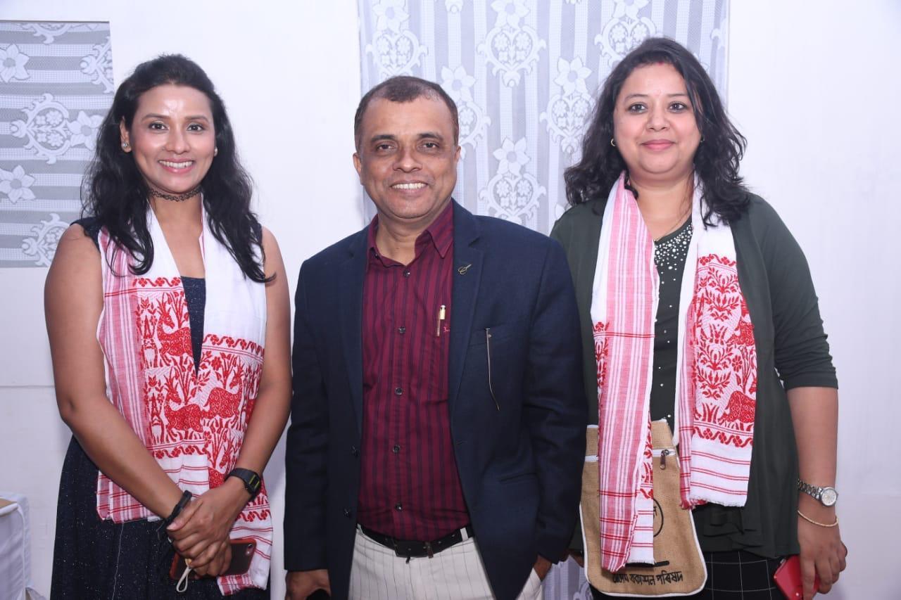 उर्मिला महंता ने अपने पिता गिरिधर महंता के नाटक त्रिधारा को किया प्रस्तुत