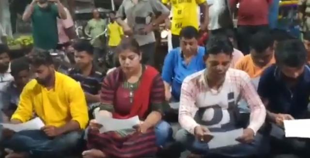 नमाज के विरोध में BJP युवा मोर्चा कार्यकर्ता ने सड़क पर पढ़ा हनुमान चालीसा