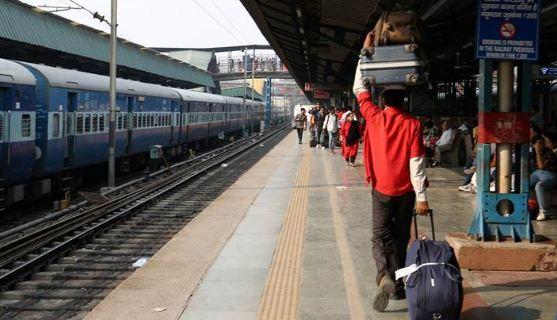 स्टेशन का बाबू महिलाओं की टिकट पर लिख देता है मोबाइल नंबर