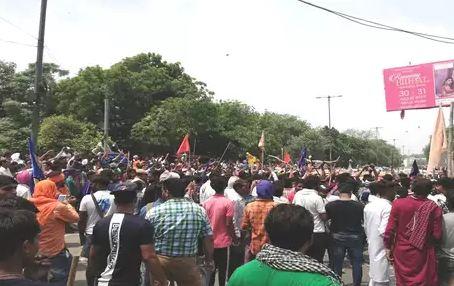 रविदास मंदिर हटाने के खिलाफ दिल्ली पहुंची भीम आर्मी, सड़कों पर उतरे लोग