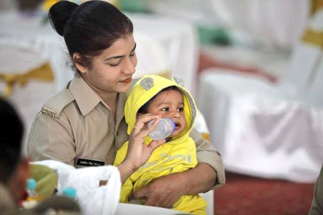 बच्चे के साथ ड्यूटी का फर्ज निभा रही महिला कांस्टेबल को हर कोई कर रहा सलाम