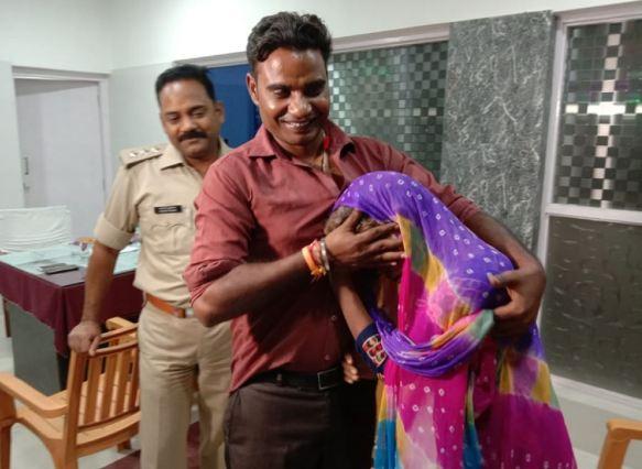 UP पुलिस की पहल से 10 साल बाद अपने बेटे से मिली मां!