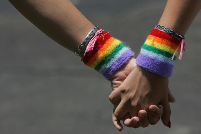 2 समलैंगिक लड़कियों को होटल से बाहर फेंका