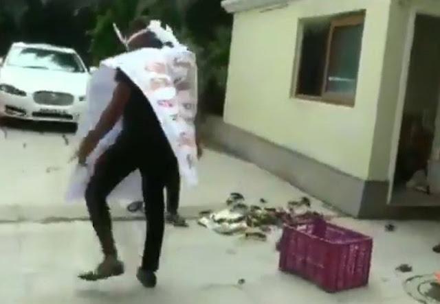 जल संरक्षण मंत्री के घर NCP कार्यकर्ताओं ने फेंके केकड़े