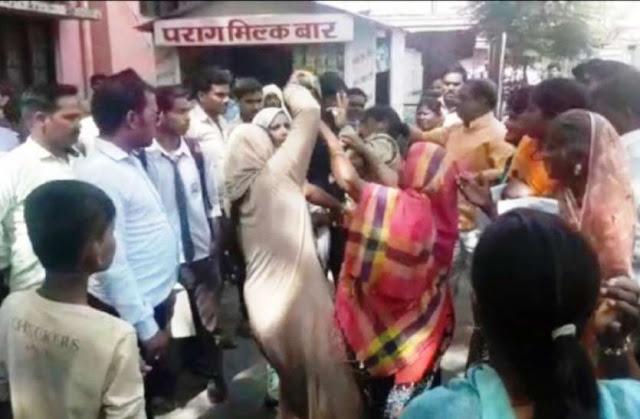 महिलाओं ने ड्यूटी कर रही महिला पुलिसकर्मी की चप्पलों से की पिटाई