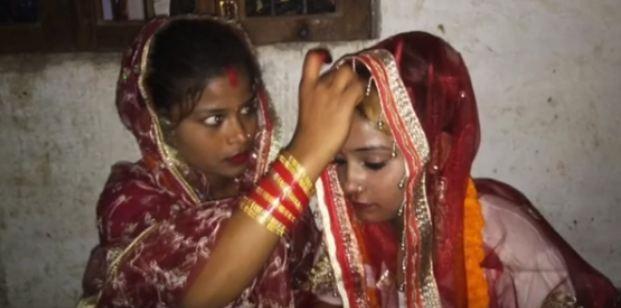 दो बहनों ने आपस में ही रचाई शादी, लोग हैरान...