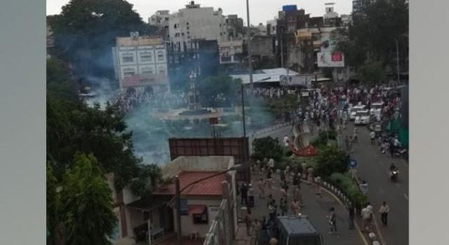 मॉब लिंचिंग के खिलाफ प्रदर्शन कर रहे प्रदर्शनकारियों और पुलिस के साथ झड़प