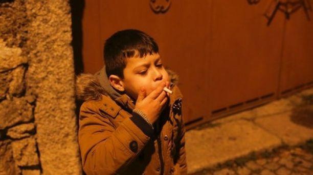 अजीबोगरीब परंपरा: जहां त्योहार के दिन माता-पिता अपने बच्चों को खुद कराते हैं धूम्रपान