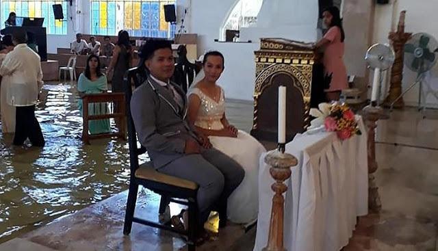कपल को शादी करने से नहीं रोक पाया भयकंर तूफान और तेज बारिश